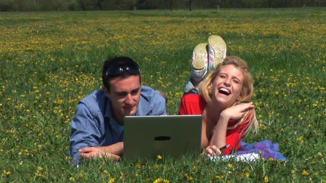 HD: Paar mit einem Laptop