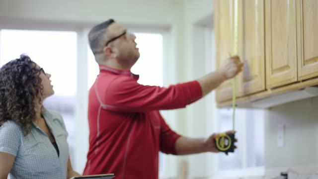 Coppia lavorando su un progetto di ristrutturazione casa fai-da-te