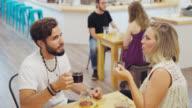 Paare reden und trinken Kaffee