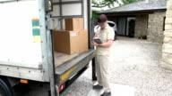 Tariffa corriere/consegna uomo utilizzando la tavoletta digitale al di fuori di casa