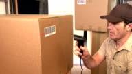 Tariffa corriere/consegna persona scansione codice a barre su pacchi in furgone per le consegne