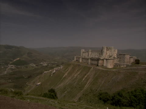 Crac des Chevaliers Castle: crusaders castle, Syria (sound available)