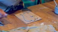 Craftperson versieren een klei-engel
