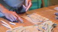 Craftperson versieren een klei-hoek met details