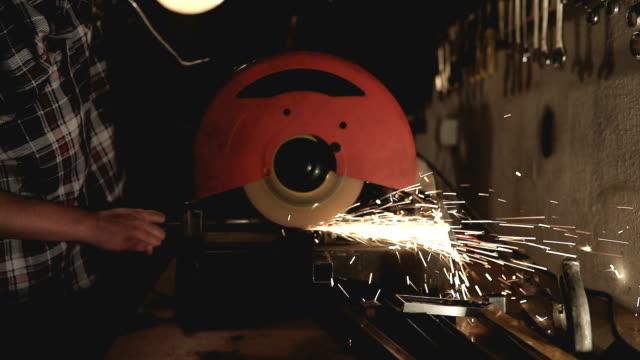 Hantverkaren reparatör arbetar med kvarnen majstori56.mov majstori60.mov majstori81.mov majstori88.mov majstori89.mov
