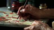 Konsthantverkare bearbetning thailändska berömda shadow puppet från buffalo läder, hantverk konst i den södra regionen av Thailand (selektiv fokus)