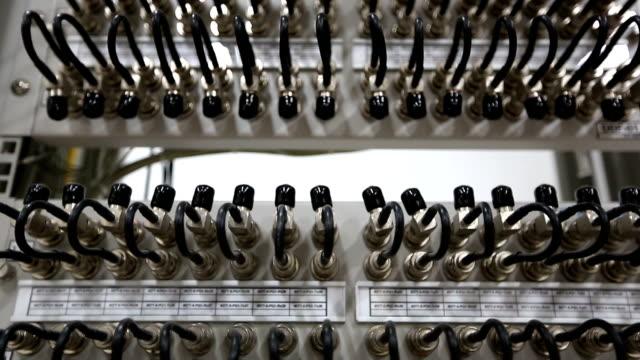 HD Crane shot:  MUX Multiplexer nodo in sala Server di telecomunicazioni