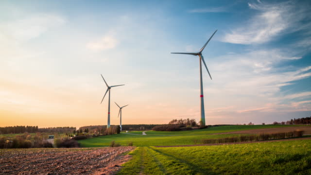 Kran-Shot : Wind-Turbine-Bauernhof