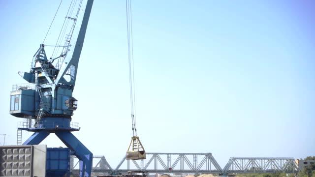 Kran Arbeiten in einem Fluss Hafen