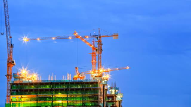 Kran Arbeiten in große Baustelle Zeitraffer bei Dämmerung