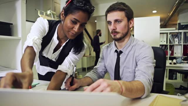 team creativo al lavoro: Grafica con penna