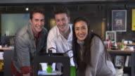 4 K ZEITLUPE : Kreatives team posieren in der Nähe von einem 3D-Drucker