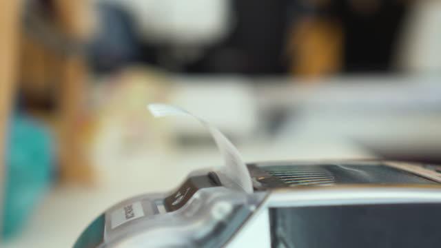 Kreditkartenleser Ausdrucken der Schlupf, Close-up