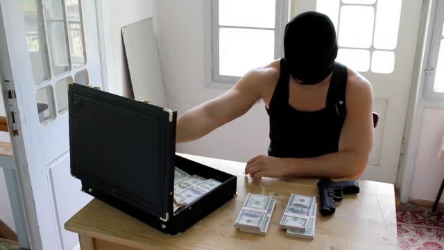 HD criminale uomo con maschera e Pistola