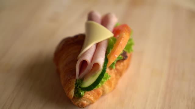 Croissant ham kaas