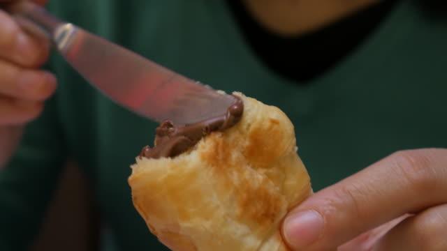 Croissant met chocolade crème voor ontbijt