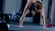 Cross Squat dämpfen beim Workout jeden deiner Schritte