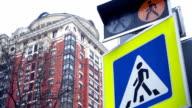 Fußgängerübergang Licht und unterzeichnen