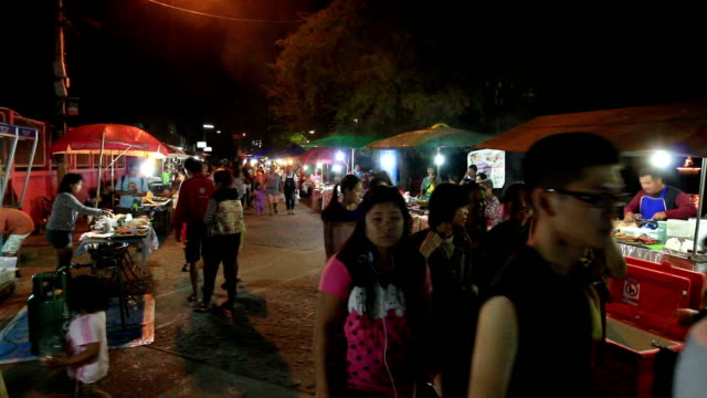 HD:  Menschenmenge at night market walking street in Mae-Hong-Son, Thailand