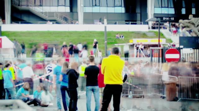 Menschenmenge vor dem Konzert im Stadion