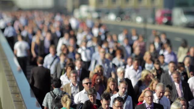 WS SELECTIVE FOCUS Crowd crossing London Bridge / London, United Kingdom