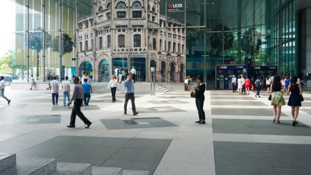 4K LS,TL Crowd of business people walking back and forth in Singapore Central Business