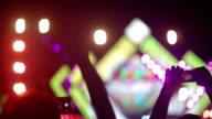 Menigte van mensen silhouetten op concert met handen omhoog, juichende menigte voor muziekfestival