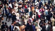 Menge von Menschen zu Fuß in die Kreuzung Shibuya in Tokio