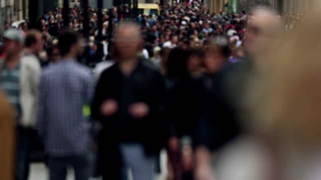 Gruppe von Touristen in die a street ab.