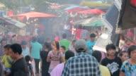 Folla di persone a piedi nel mercato locale