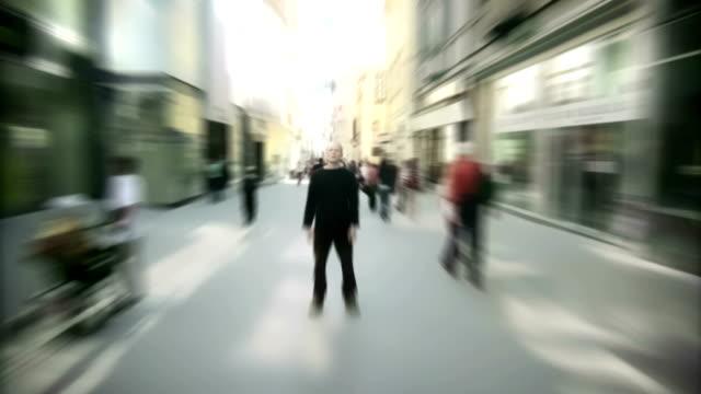 Menschenmenge gehen in frustrierter Mann Zeitraffer