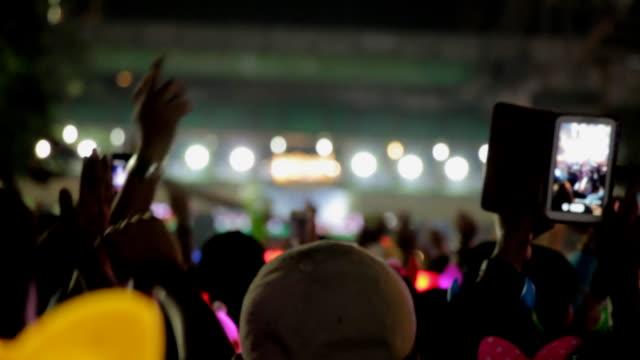 Menschenmenge, Menschen jubeln und verwendet smartphone.