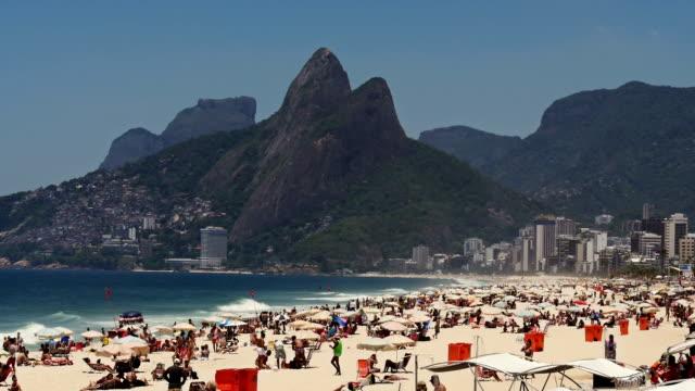 Überfüllten Strand von Ipanema in Rio de Janeiro am Wochenende