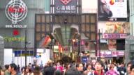 drukke mensen in Osaka Market Street