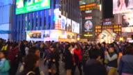 drukke mensen bij Osaka street avondmarkt in Japan