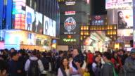 drukke mensen op straat avondmarkt osaka