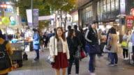 Affollata persone in Myeong-dong mercato in Corea città