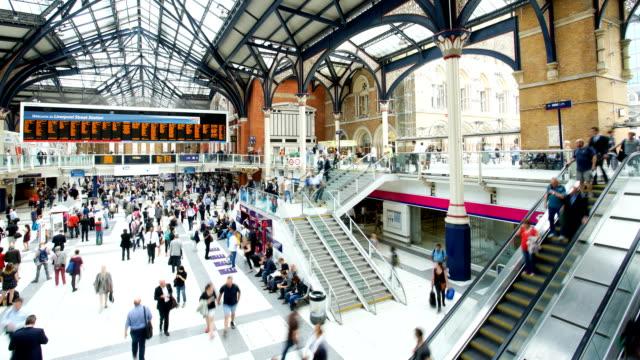 Affollata persone Stazione ferroviaria di Liverpool Street, a Londra, time lapse