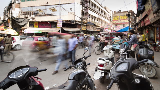 TL, WS Crowds and traffic swarm through Chandni Chowk / Delhi, India