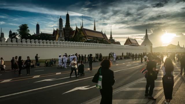 Skaror av sörjande på Sanamen Luang, medan kroppen av Thailand Bhumibol Palace