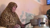 Cuando la electricidad llega una vez al dia al hogar de los Al Zahar la familia entra en accion cargan los moviles cuecen pan en un horno electrico...