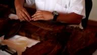 Kubanische Zigarre Rollen und Schneiden 02