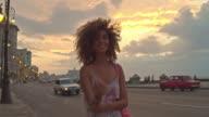 Cubaanse vrouw lopen op de Malecon