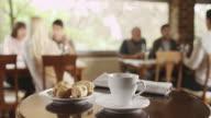 Tasse Kaffee und croissant