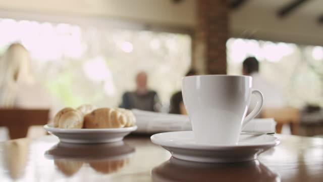 Tazza di caffè e un croissant