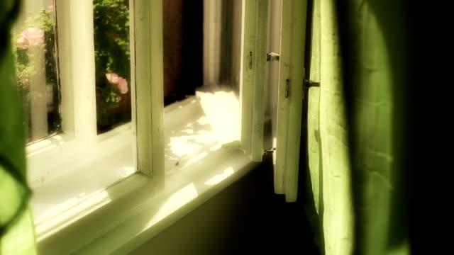 Vorhänge, hinter dem alten Fenster