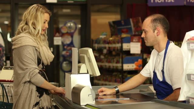 Kunden bezahlen im Supermarkt Einkaufen