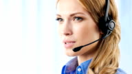 Kunden-support-Betreiber Lächeln, reden, Blick in die Kamera im Büro