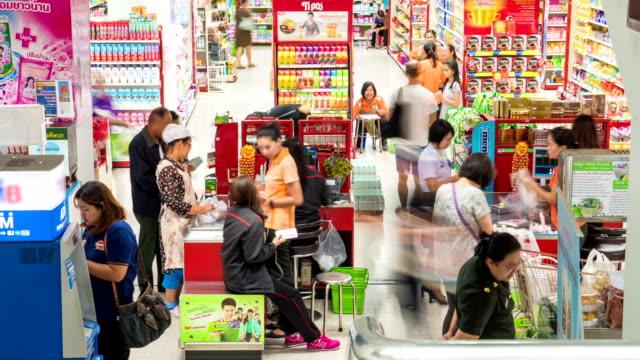 Kunden, die Zahlung für Waren im check-in-Schalter im Supermarkt.