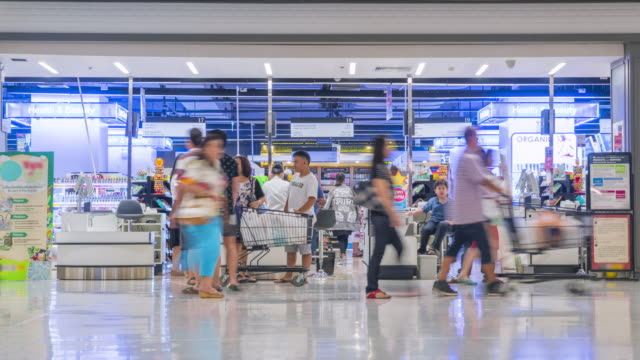 Kunden, die Zahlung für Waren im check-in-Schalter im Supermarkt
